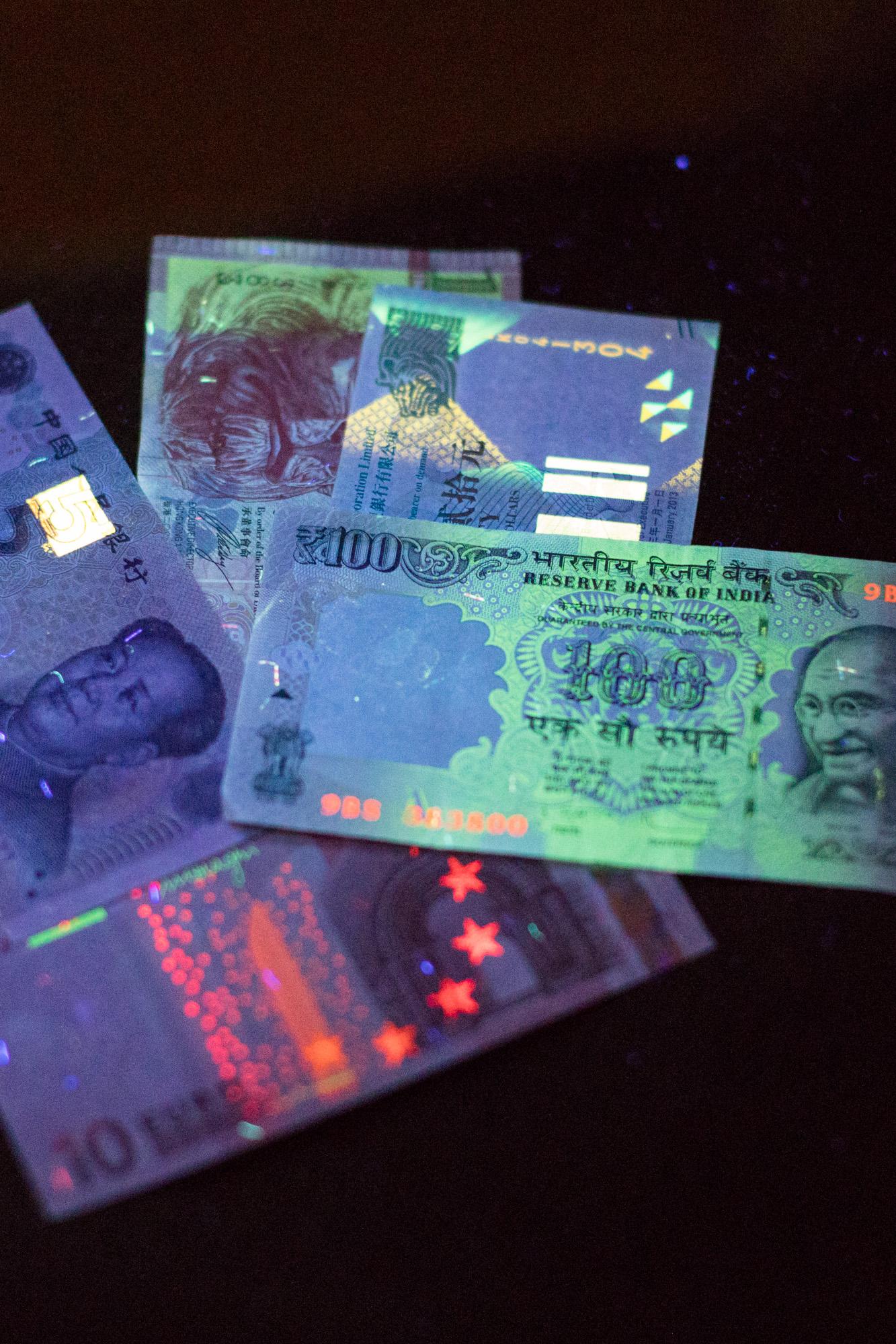 Bankbiljetten uit veel landen zijn beveiligd met luminescerende materialen die oplichten onder een UV-lamp.